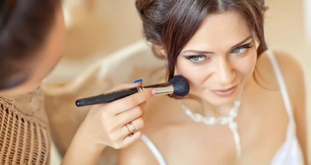 Profi sminkesek várják a menyasszonyokat ezen a barátságos helyen.