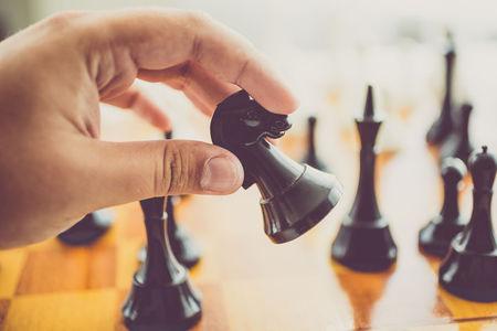 Gyönyörű fa felhasználásával faragott sakkjáték.