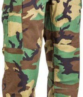 Katonai ruházat magas fokon.