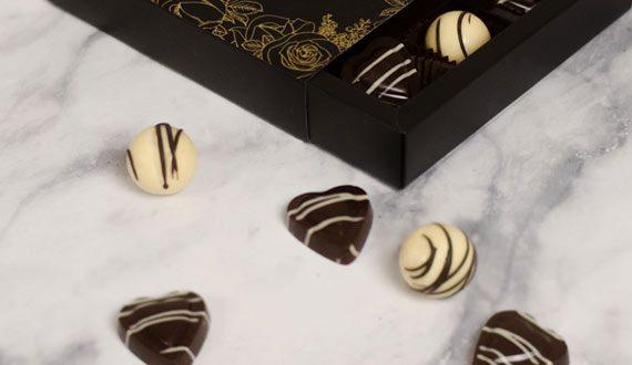 Ízletes kézműves csokik varázslatos választéka.